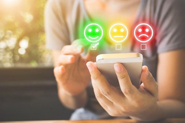 femme avec un téléphone portable et des emojis